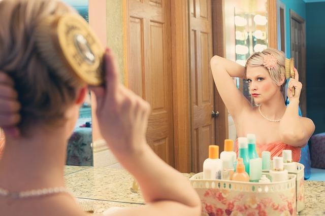 化粧をする女性の画像