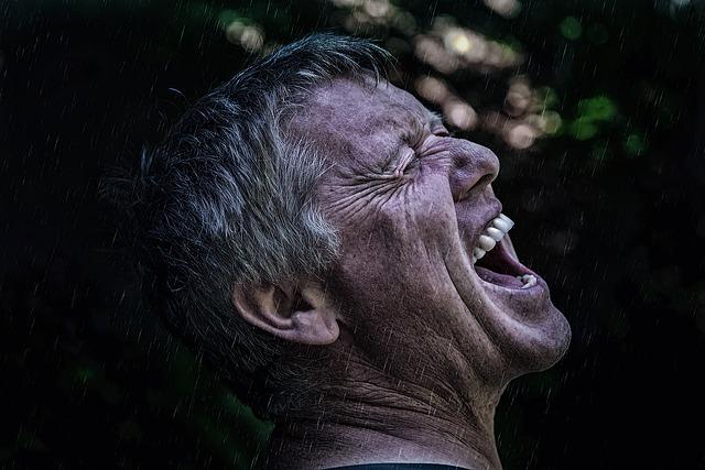 叫ぶ男の画像