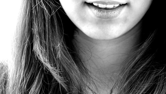 微笑する女性の口元の画像